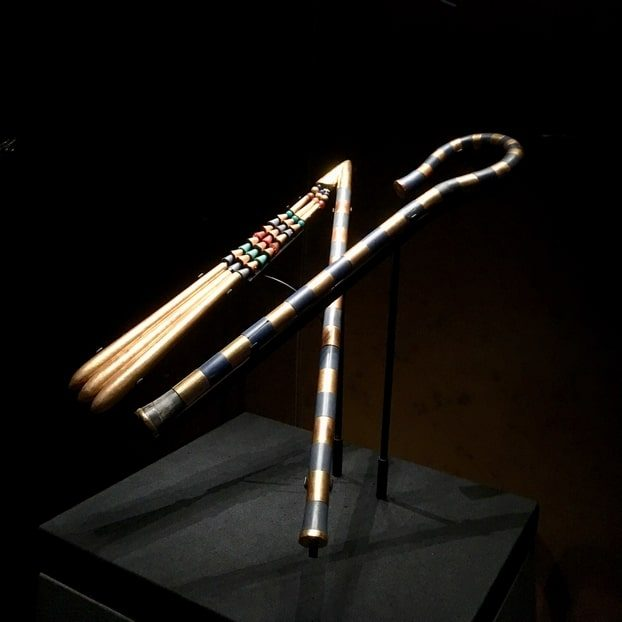 gypte-sceptre-fouet-toutankhamon-paris-art-déco